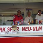 Stadträtin Christina Richtmann am Verkaufsstand des Fußballvereins Türkspor Neu-Ulm