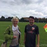 Stadträtin Christina Richtmann mit Özgür Tan vom Fußballverein Türkspor