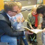 Landrat Thorsten Freudenberger beim Projekt Lesespaß am Samstag
