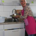 Citymanagerin Ina-Katharina Barthold beim Projekt Kochen der Sozialpsychiatrischen Tagesstätte